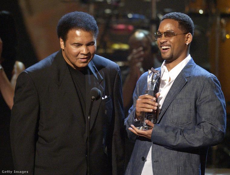 Muhammad Ali itt épp egy díjat vesz át Will Smith-től, aki az Ali című filmben a legendás bokszolót játszotta