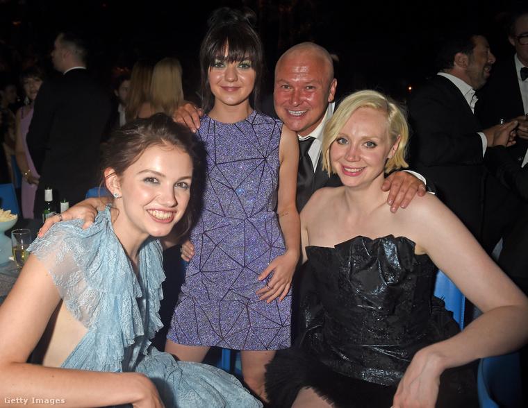 Tiszta tekintettel mosolyog a kamerának Hannah Murray, Maisie Williams, Conleth Hill és a már említett Gwendoline Christie