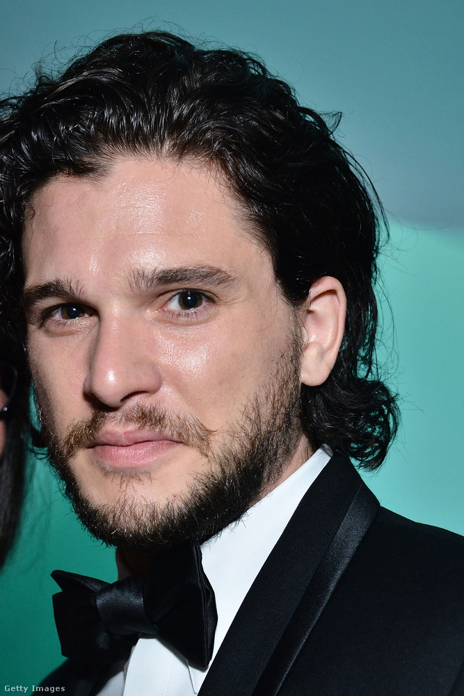 A Stark és Targaryen mindenit! A Jon Snowt alakító Kit Harrington tud mosolyogni! Vagy legalábbis ez már egy félmosoly, amolyan fél siker