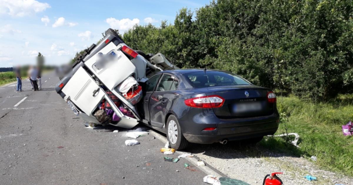 Tömegszerencsétlenséget okozott egy román furgon a 42-es főúton