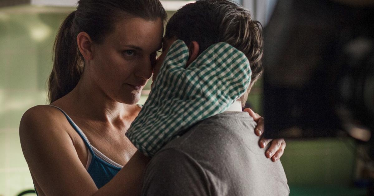hármasban film szex jelenet alázatos szopást
