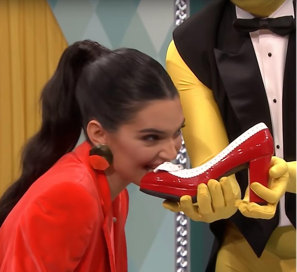 Nézze, ahogy Kendall Jenner próbál megenni egy piros cipőt