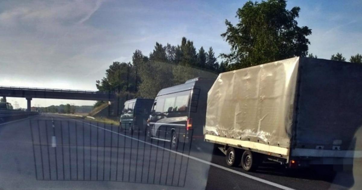 Román kisbusz vontatott egy másik kisbuszt, amire utánfutó volt kötve