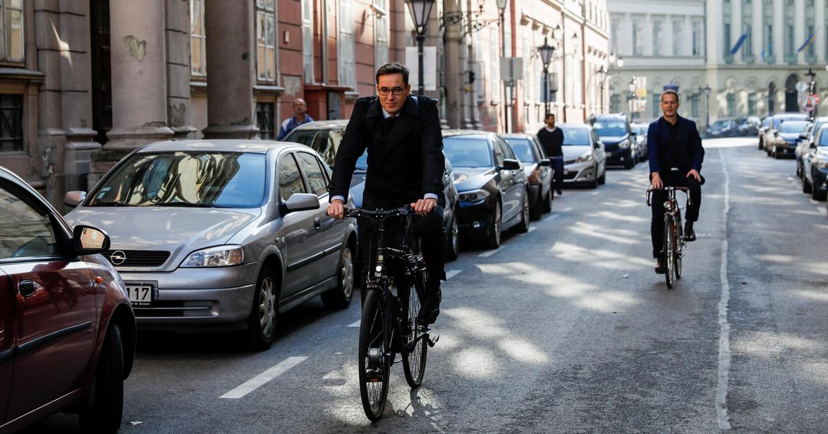 Index - Belföld - Biciklivel érkezett a Városháza átvételére ...