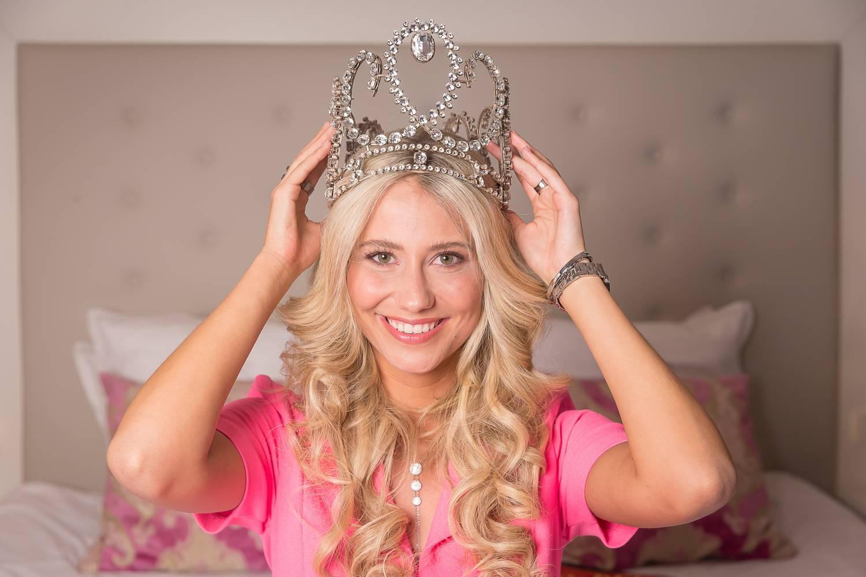Élő adásban esett el és vesztette el melltartóját Miss Belgium
