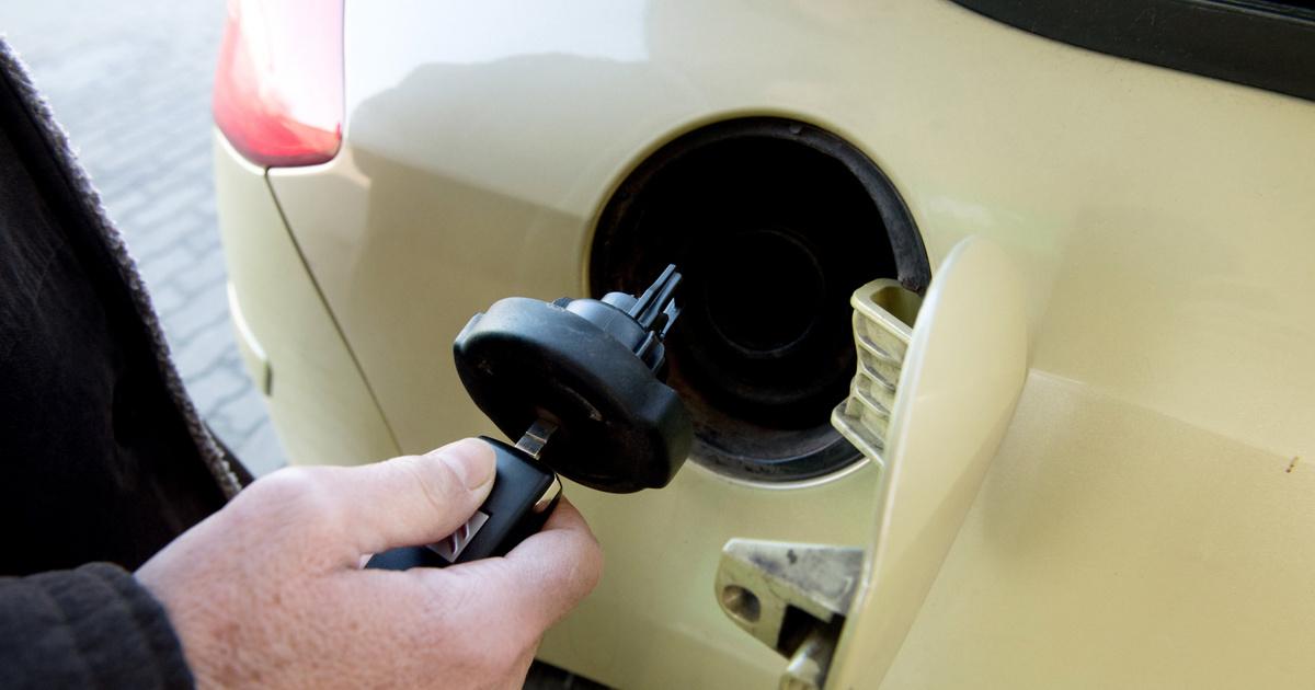 Tényleg kinyírja az autót, ha cukrot teszünk a benzinbe?