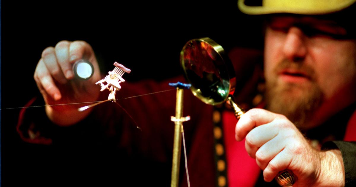 Így néz ki egy igazi bolhacirkusz: elképesztő attrakciókat mutattak be a kis rovarok