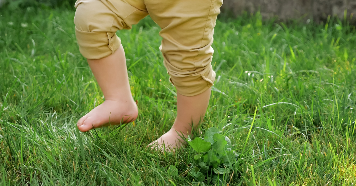 Jó hatással van az egészségre, ha gyakran járkál mezítláb a gyerek: így segít a szervezetén