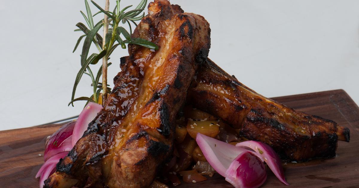 Háromhagymás, vajpuha sertésoldalas: sütőben vagy grillen is megsütheted