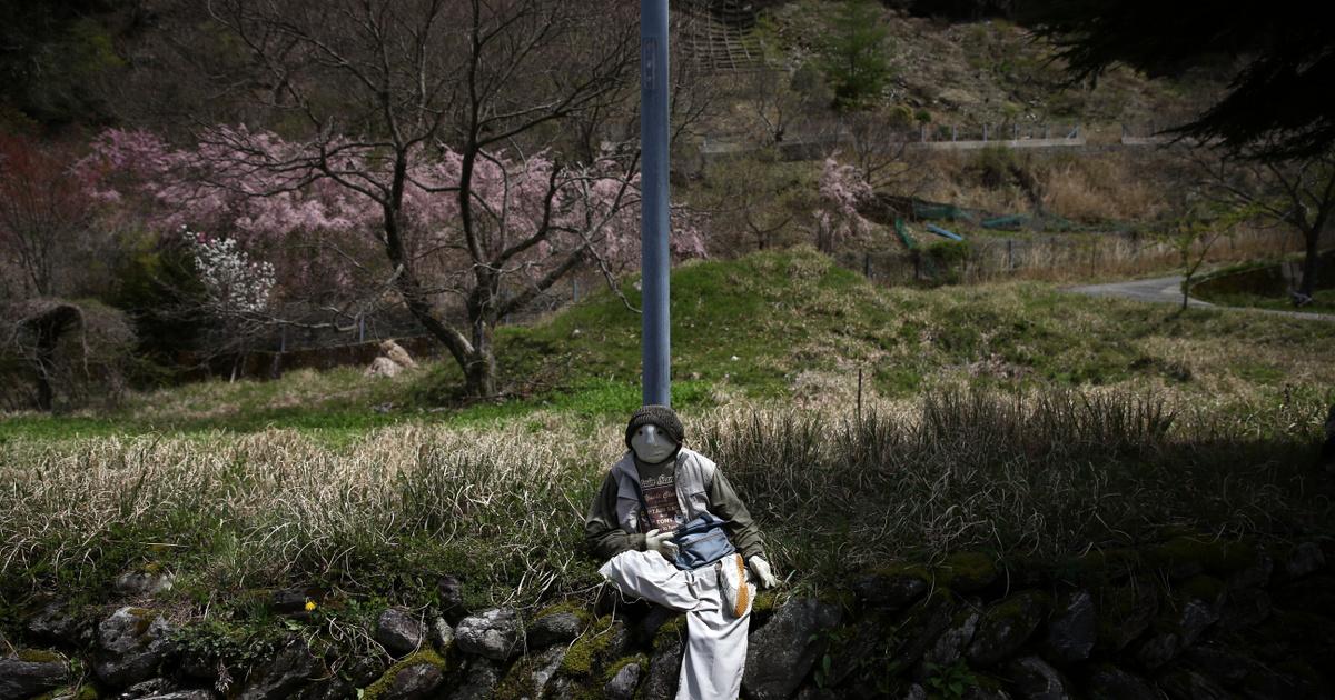 Az aprócska faluban szinte csak babák laknak: az elhunyt emberek bábjaként népesítik be a kihalt helyet