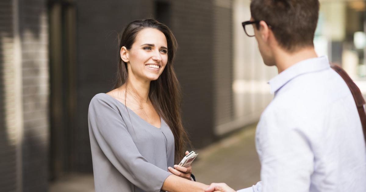 10 kérdéses illemtan-kvíz: ki nyújt először kezet, a férfi vagy a nő?
