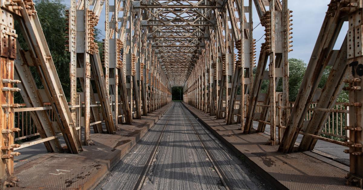 Friss hírek: Fesztiválozók helyett gyerekek, strandolók helyett kutyák, és egy magányosan árválkodó K-híd: 1993 óta először maradt el a Sziget Fesztivál.