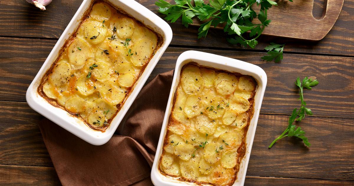 Tepsis húsos krumpli jó szaftosan: sok sajttal a tetején a legjobb