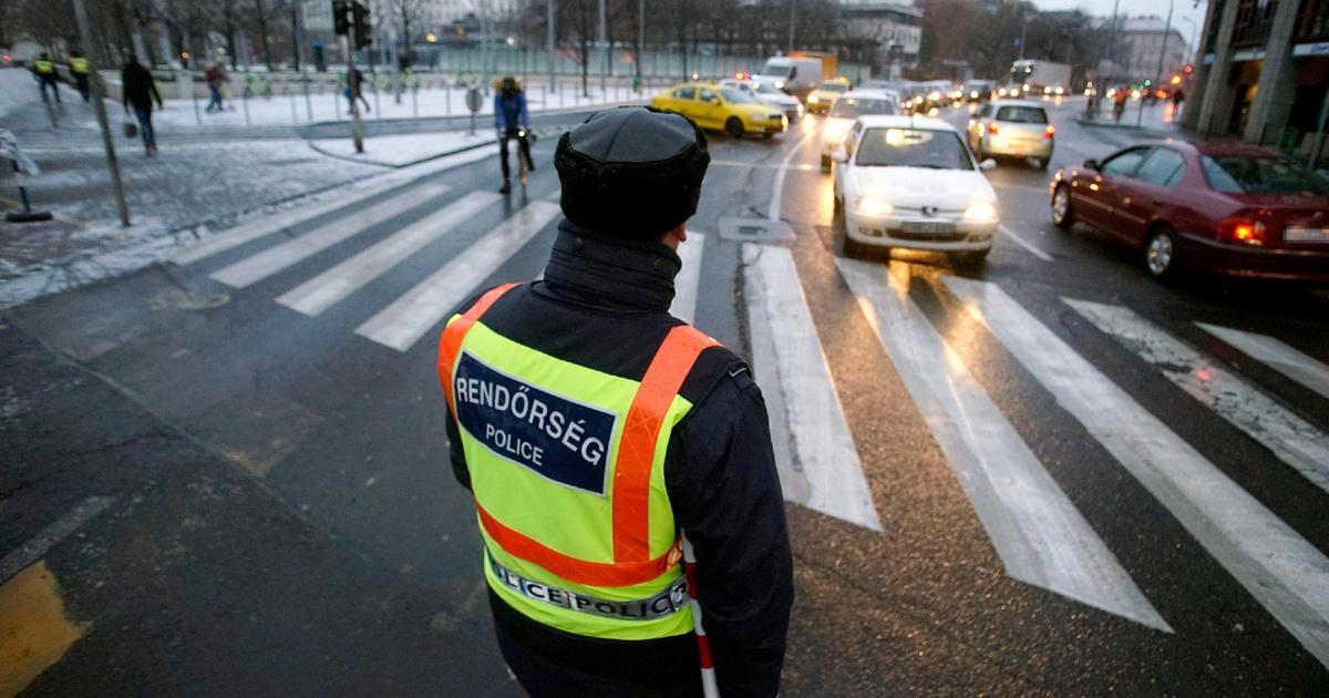 KRESZ-kvíz a rendőr jelzéseiről: mit jelent a függőlegesen feltartott kar?