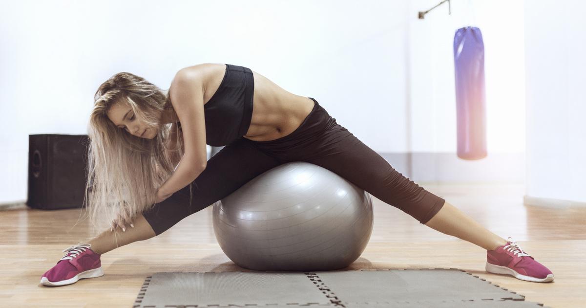 A 10 leghatékonyabb gyakorlat fitneszlabdával: a has, comb és fenék formálásában segítenek
