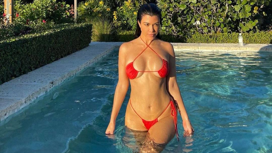 Íme a Kardashian-lányok kedvenc bikinije. Melyiküknek áll a legjobban?