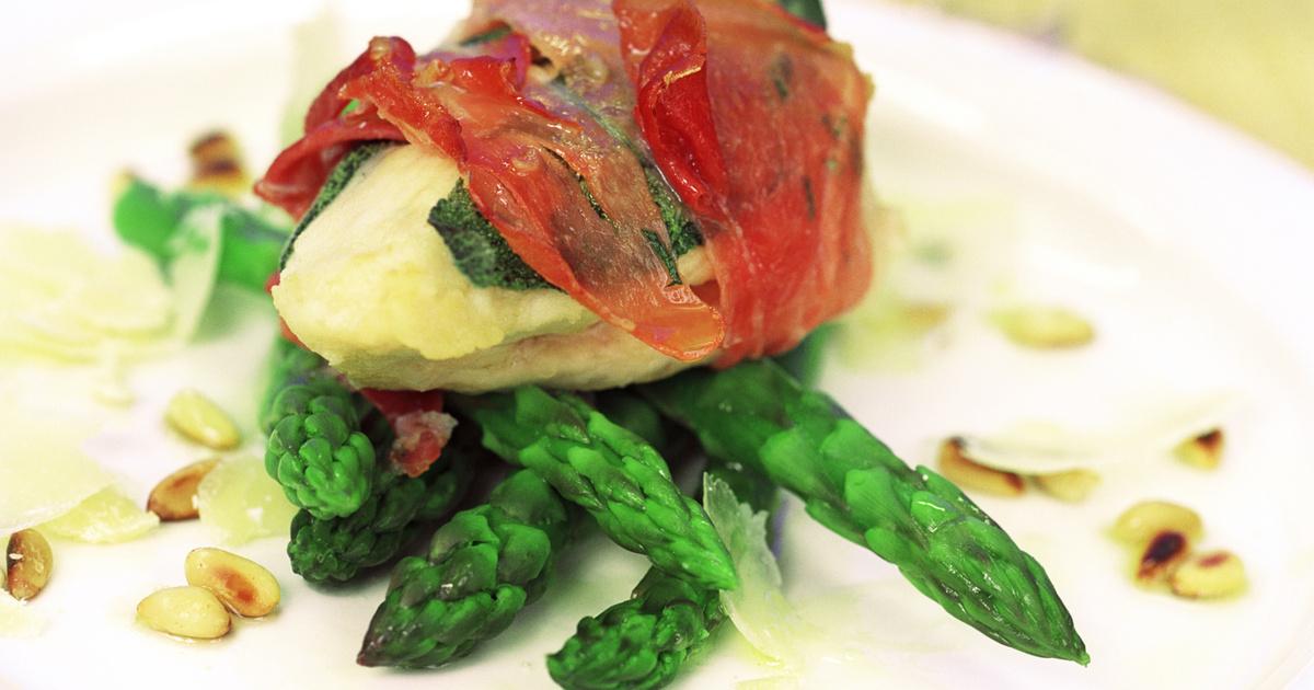 Sonkába tekert csirkemell spárgával sütve: finom szaftos marad a hús