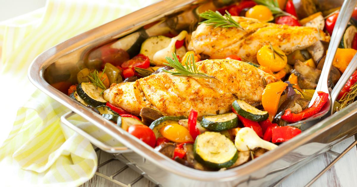 Francia lecsón sült fűszeres csirkemell: a ratatouille-t cukkini is gazdagítja