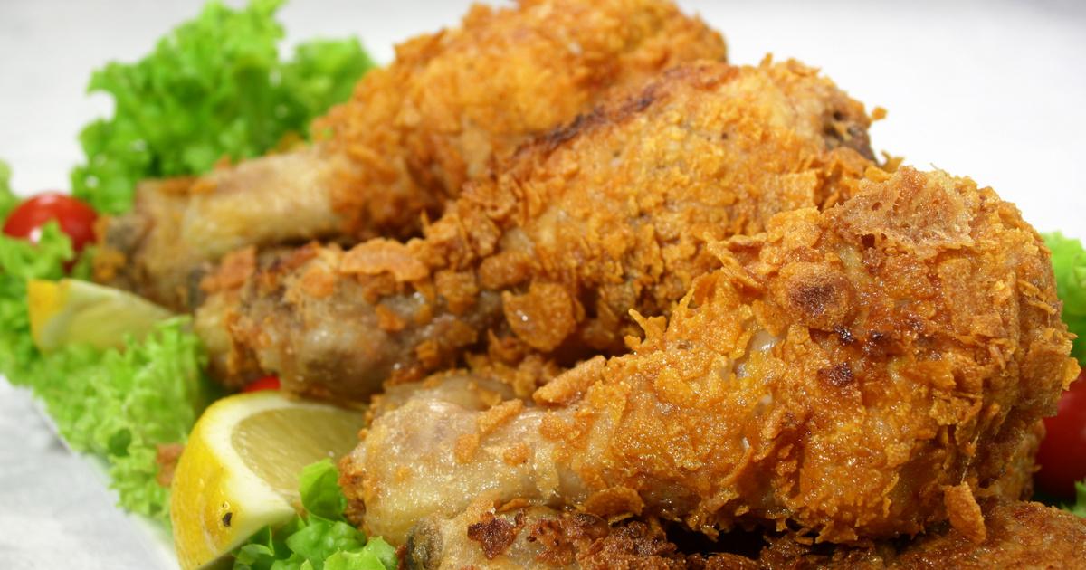 Szuper ropogós csirkecomb corn flakes bundában: olajban és sütőben is sütheted