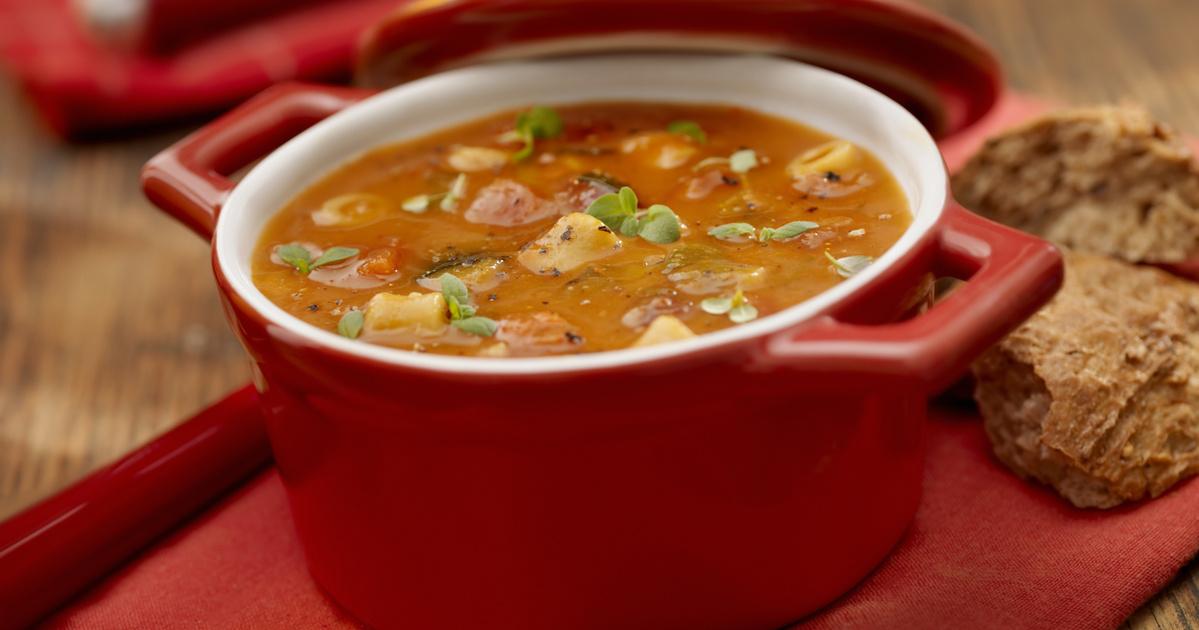Nyári minestrone rengeteg zöldséggel és fűszerrel: az olaszok kedvenc levese