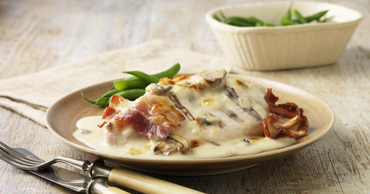 Baconnel, zöldségekkel sült csirke sajtmártásban: egyszerű, gyors, mégis fenséges