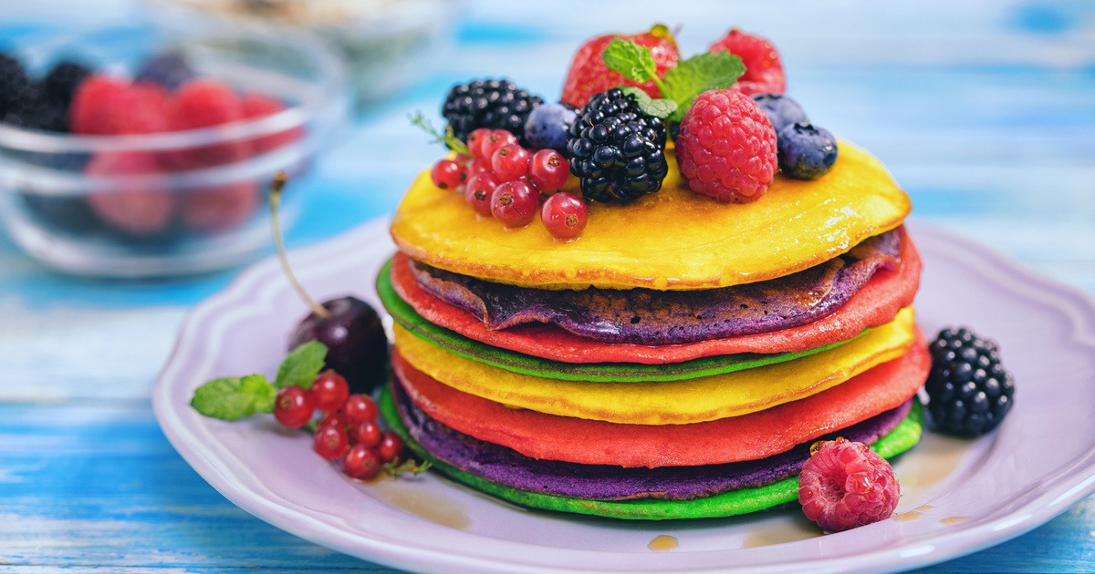 Pufi szivárványpalacsinta friss gyümölcsökkel: a gyerekek egyszerűen imádják