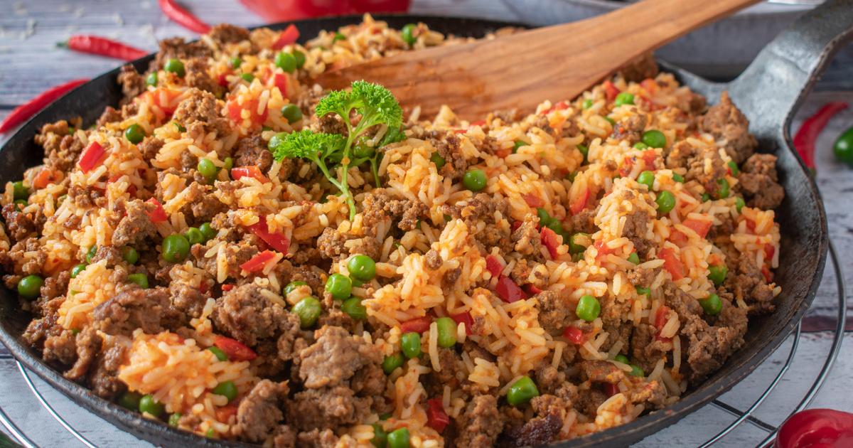 Így készül a szerbek kedvelt, nyári egytálétele, a gyuvecs: rizses hús sok paradicsommal és paprikával