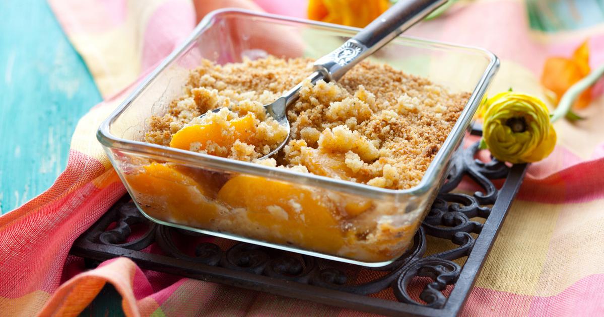 Mennyei őszibarackos morzsasüti: omlós, nagyon gyümölcsös desszert egyszerűen