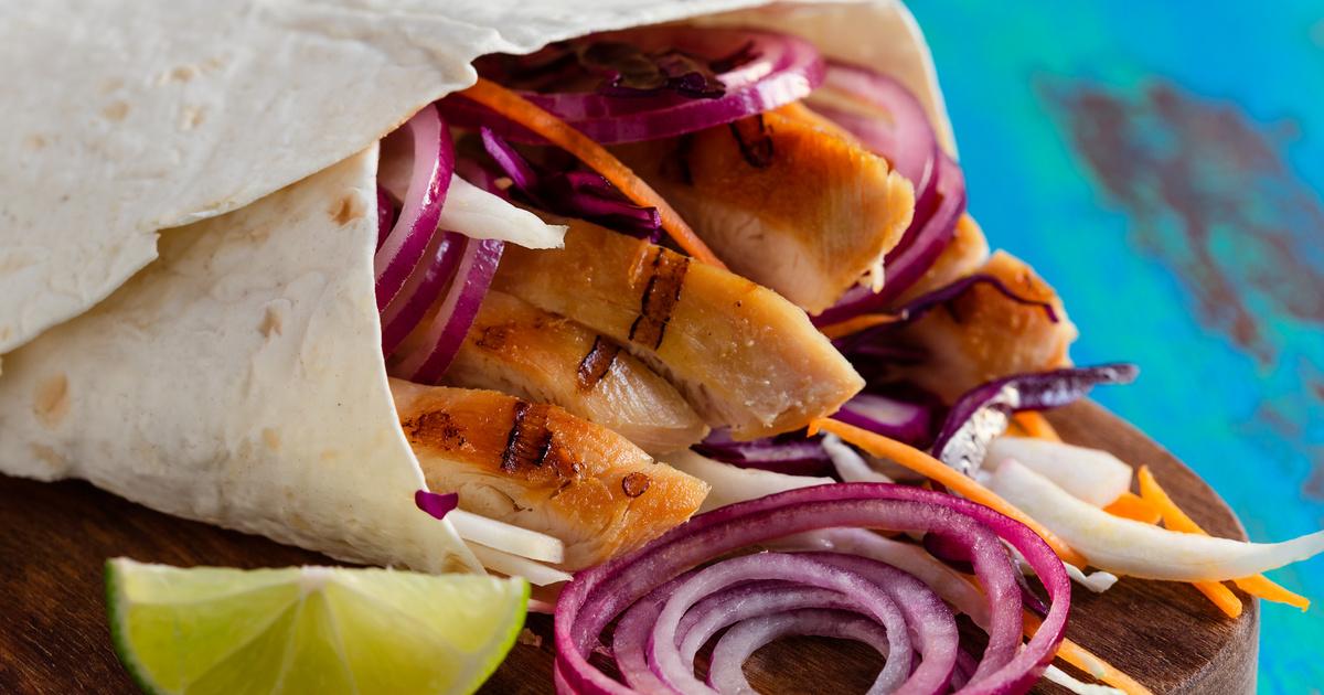 Grillezett csirkemell tortillatekercsbe töltve: friss zöldségekkel és sok hagymával igazán finom