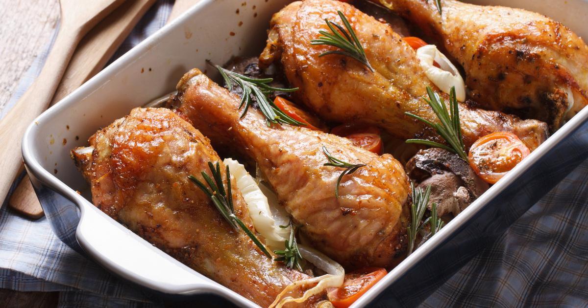 Omlós, szaftos csirkecomb paradicsommal és rozmaringgal sütve: a páctól lesz igazán finom
