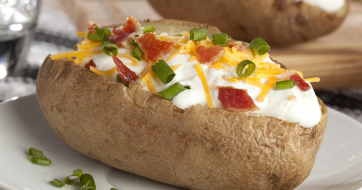 Egészben sült, sajttal, baconnel töltött krumpli: köret és főétel is lehet