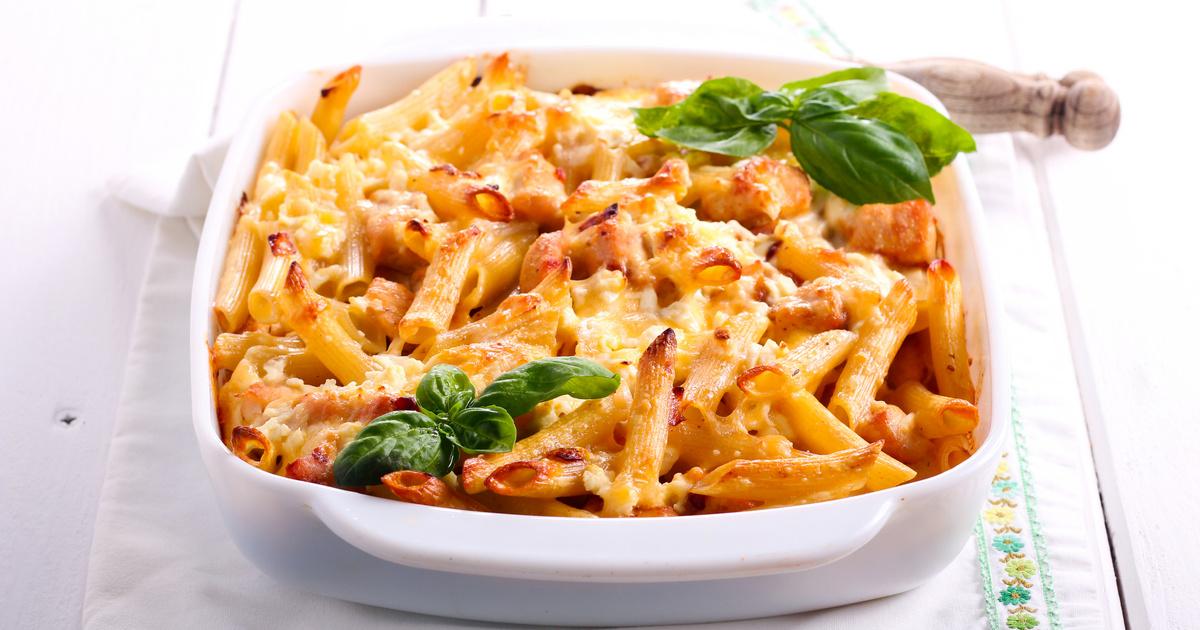 Tejszínes, csirkés rakott tészta egybesütve: maradék húsból is tökéletes