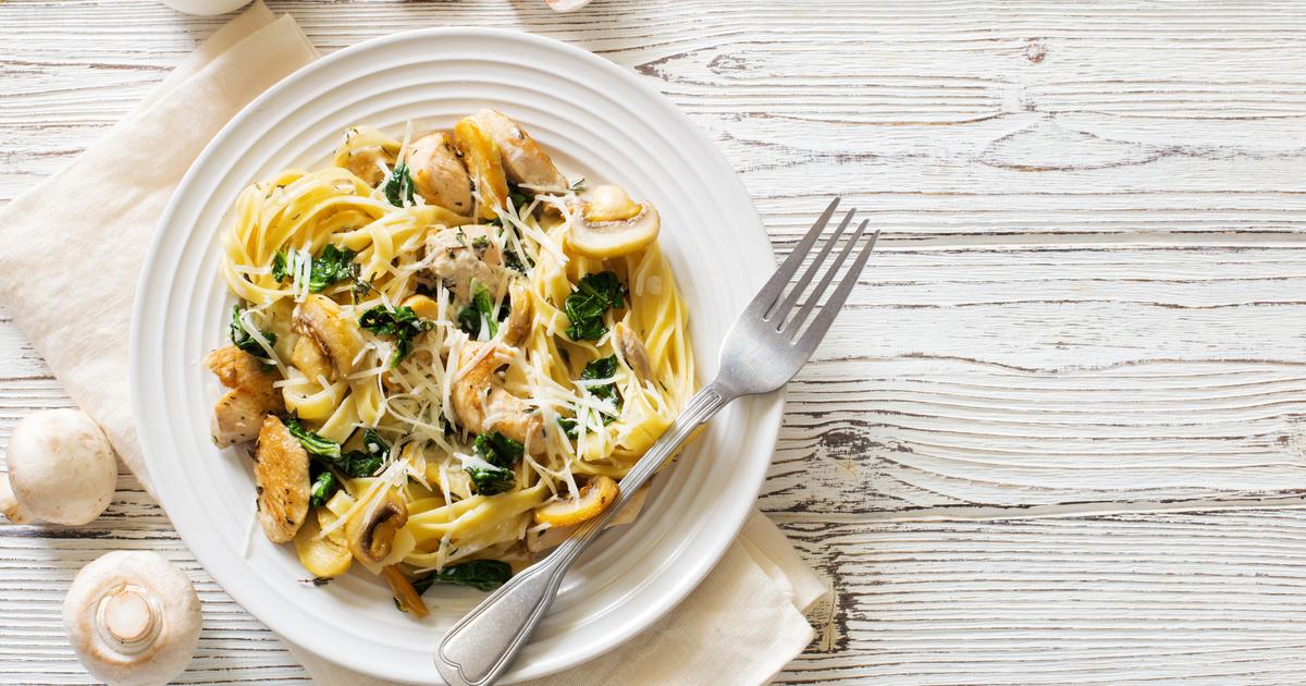 Csirkés, gombás tészta krémes szósszal, sajttal: hétvégi maradékból is elkészítheted