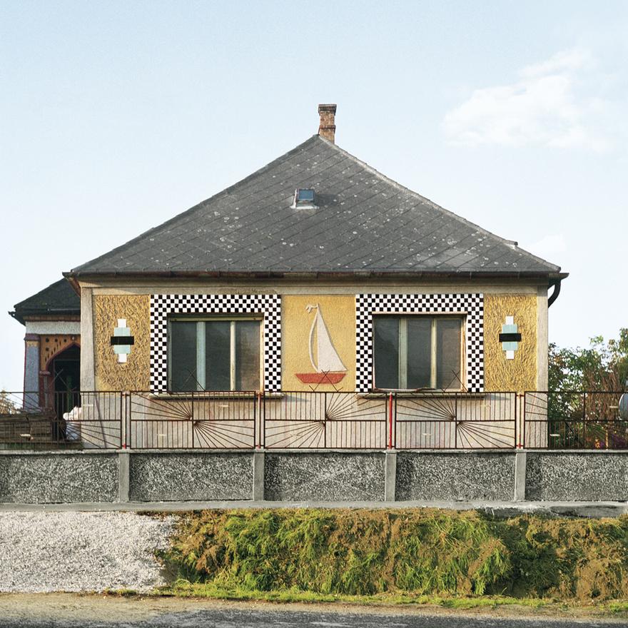 A díszítésekben sokak szerint a paraszti faragások élnek tovább, Katharina Roters azonban ennél jóval merészebb következményre jut. Szerinte szerepe lehetett a házak díszítésében akár Vasarelynek is, akit 1969-ben a kormány hazahívott. Ő jött is, és egy csapásra lett rendkívül népszerű. Roters szerint nem véletlen, hogy Pécs környékén, Baranya megyében látható a legtöbb és legelvadultabb geometriai díszítés a házakon. Persze ez az összefüggés akár meg is fordítható: lehet, hogy éppen Vasarely merített a tradicionális népi ábrázolásokból. Tény hogy a geometrikus ábrázolás, és az úgy nevezett álperspektíva hihetetlenül divatos lett az újonnan felhúzott kockaházakon.