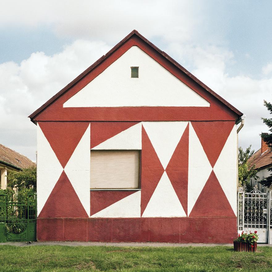 Amivel azonban a szerző nem számolhatott, hogy egy magyar szemlélőben rengeteg emléket hoznak fel ezek a képek, amelyeket egy ilyen steril, élettelen világ csak még lehangolóbbá tesz. Persz ez az, amitől ez a projekt ennyire különleges, hiszen amíg mi magyarok ezeket a kockaházakat teljesen egyformának, uniformizáltnak tarjuk, addig egy német szemnek a színek és az ornamentika tűnik fel. Ami egyébként szépen lassan el is tűnik. Roters tíz év alatt azt tapasztalta, hogy ezeknek a díszítéseknek nyoma veszik, a tulajdonos átfesti őket, hiszen nem tartják már modernek, korszerűnek. Fotózott is olyan házakat, melyek pár év eltéréssel teljesen megváltoztak.