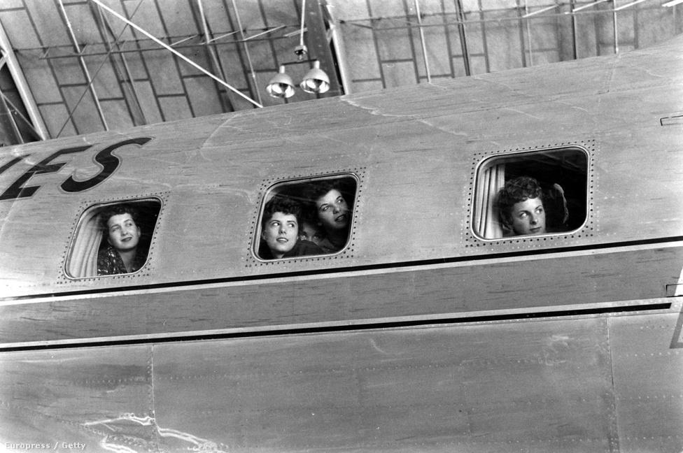1958-ban járunk, a légi közlekedés hajnalán, amikor  a repülés önmagában is nagyon izgalmasnak számított, hát még rendszeresen közlekedni így!