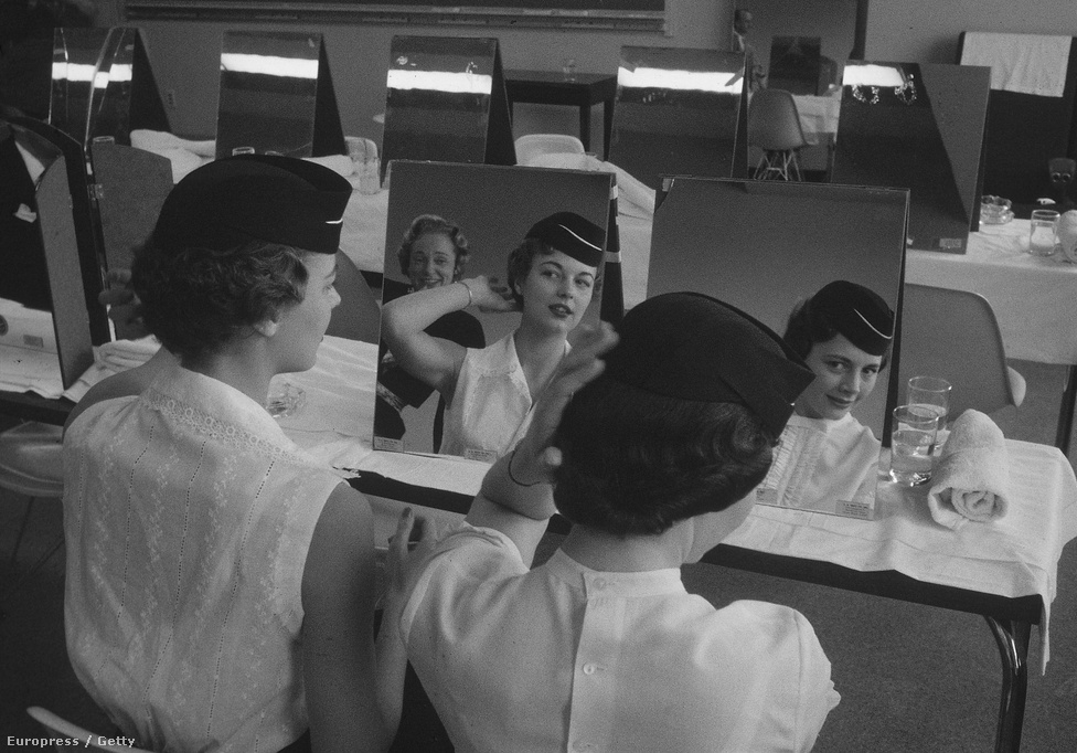 Ha valaki légikísérő szeretne lenni, akkor mindenfélét tudni kell hozzá. Itt például a tükör előtt gyakorolják a nebulók a fésülködés megfelelő módját.
