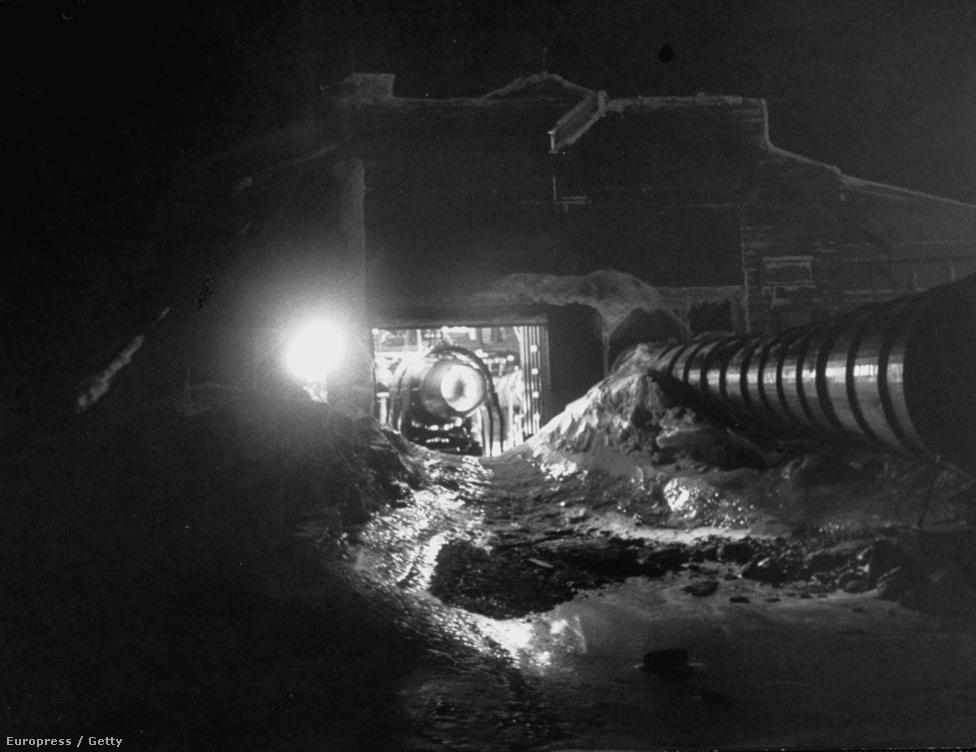 Egy nyitott ajtajú hangárban azt tesztelik, hogy ilyen hidegben hogyan fagy be a motor napközben és hogyan éjszaka. A motor melegétől ugyanis elolvad a ráfagyott hó, de abban a másodpercben kőkeményre is fagy.