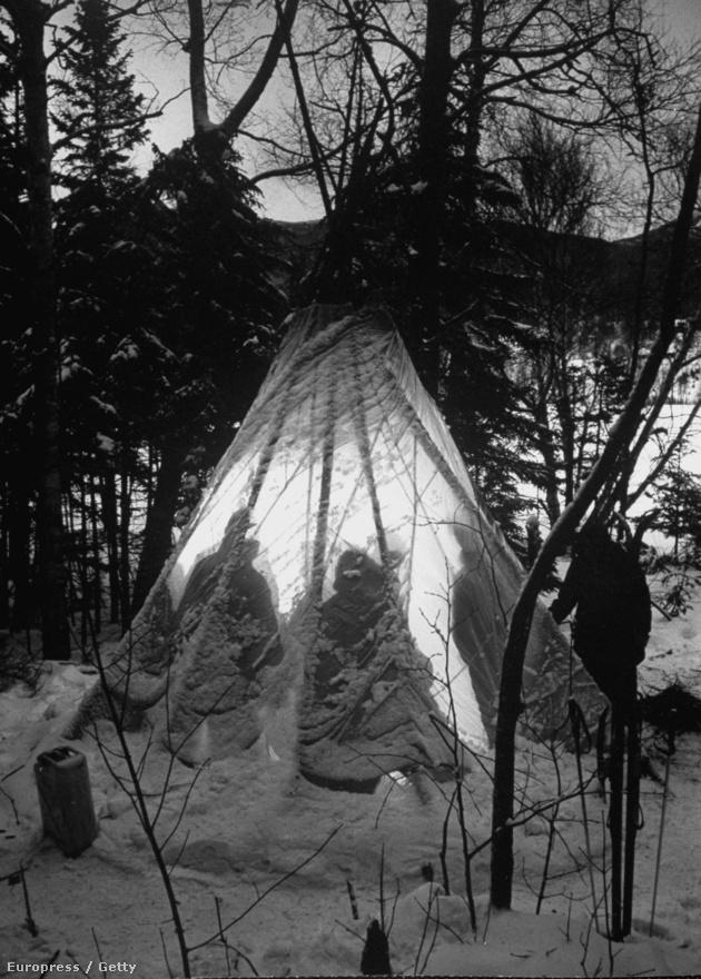 A légi csapatok túljártak a hideg eszén: ejtőernyőből eszkábáltak sátrat, hogy ne fagyjanak meg.