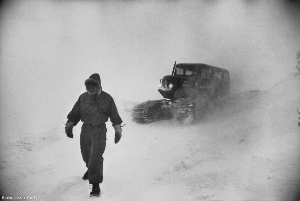 Az 1800 méter magas Washington hegy arról híres, hogy itt fúj a legjobban a szél. Itt van a legrosszabb, legkegyetlenebb, leghidegebb tél egész Amerikában, és ez egyszerre kelt csodálatot a hegymászókban és a tudósokban. 1953-ban Peter Stackpole kamerája kísérte el a katonai és civil csapatokat a zord időjárási körülmények közé. A képen az látható, hogy a látási körülmények annyira rosszak voltak, hogy a csapat vezetője gyalog vezette fel a lánctalpas autót a hóban.