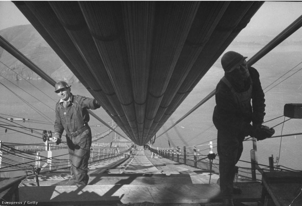 Peter Stackpole egyik leghíresebb sorozata a Golden Gate híd építése alatt készült 1937-ben. A képen a munkások az utolsó elemét kötik be annak a nagy szerkezetnek, ami a hatsávos autóutat tartja majd a hídon. A híd négy éven keresztül épült, közel 35 millió dollárból.