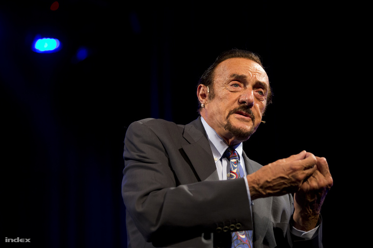 Zimbardo szerint a rosszat, de a jót is ki lehet hozni az emberekből