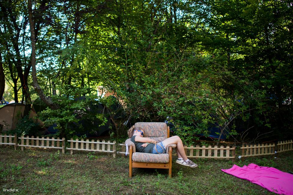 Bár a kempingrész évről évre terjeszkedik, de a sátrak többségét azért árnyékos helyen lehet felverni. Aki sátrazott már fesztiválon, az tudja, hogy ez milyen nagyon-nagyon fontos dolog. Azt mondjuk nem tudjuk, hogy a fotelt honnan szerezte ez a megfáradt hölgy.