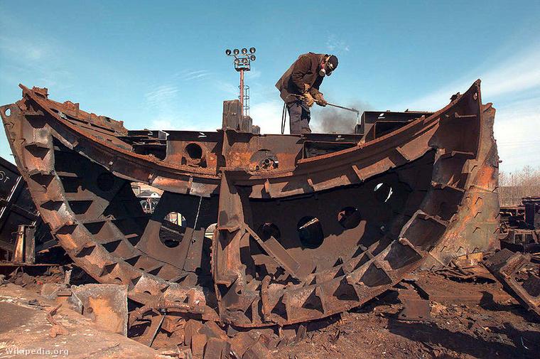 Egy szeverodvinszki tengeralattjáró-szétszedő munkás.