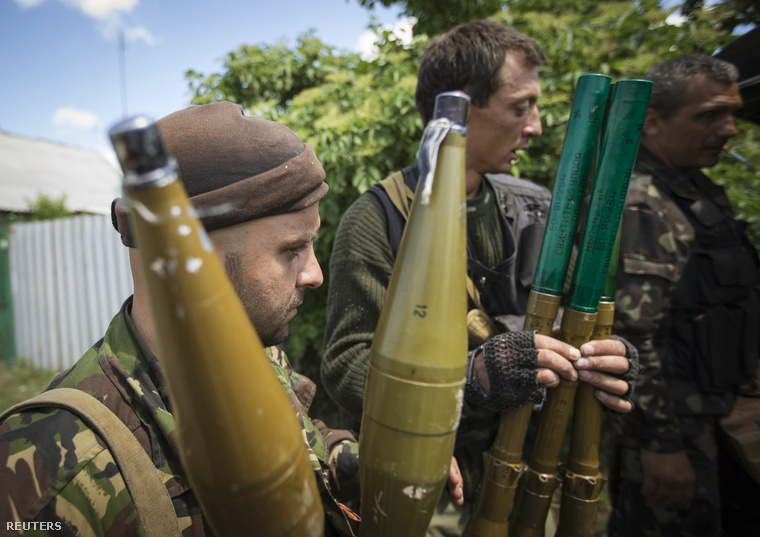 Oroszpárti szeparatisták vállról indítható rakétáikkal pózolnak a Donyeck közelében fekvő Sziverszkben