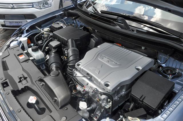 A négyhengeres benzinmotor és a két villanymotor egyike ül az Outlander PHEV orrában