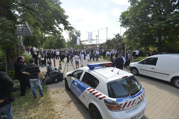 A Jobbik tisztújító kongresszusának résztvevői várakoznak a Kongresszusi Központ előtt mert bombariadó miatt kiürítették a tanácskozás helyszínét 2014. június 21-én.