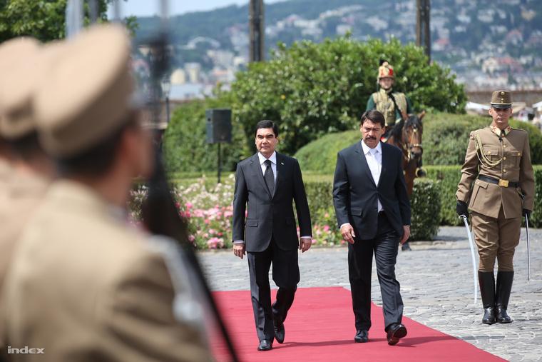 Áder János köztársasági elnök katonai tiszteletadás mellett fogadta Gurbanguli Berdimuhamedow türkmén államfőt a Sándor-palota előtt, 2014. június 18-án.