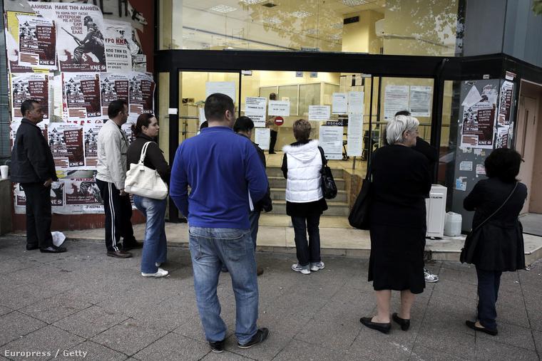 Álláskeresők várakoznak nyitásra várva a munkaügyi központ előtt Theszaloníkiben, 2013. november 13-án.