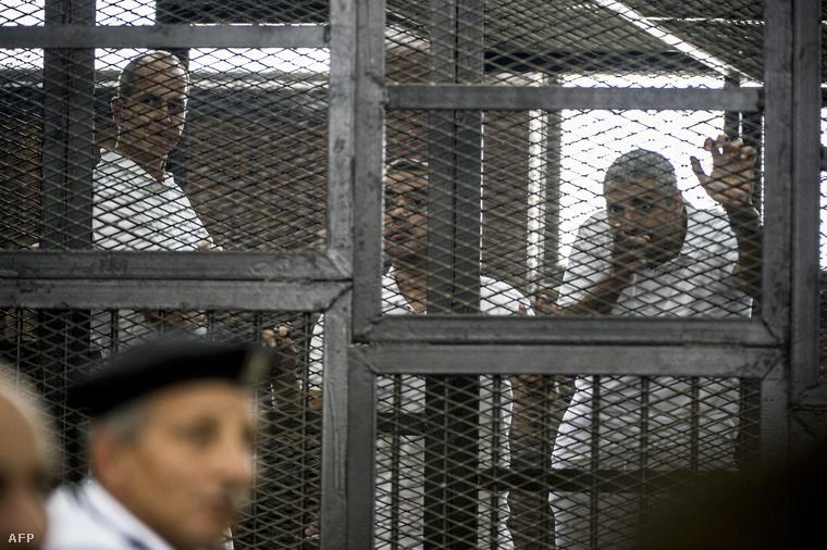 Peter Greste, Mohamed Fahmy és Abdullah Baher Mohamed az ítéletet hallgatják a kairói Tora börtön közelében lévő rendőrségi hivatalban, 2014. június 23-án.